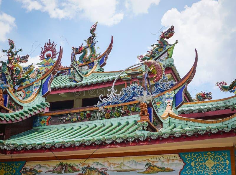 Parte superior do telhado do templo chinês em Malásia imagens de stock royalty free