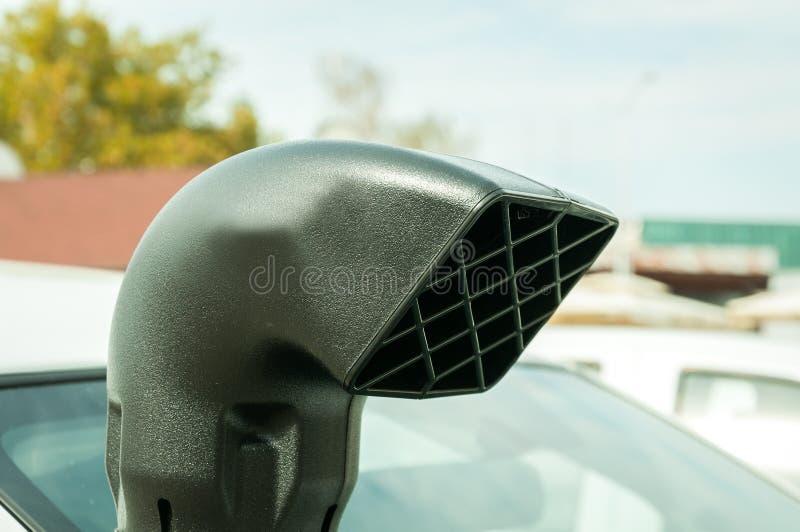 Parte superior do tubo de respiração plástico grande do carro para a entrada de ar instalada fora nos veículos de estrada a ser u fotografia de stock royalty free