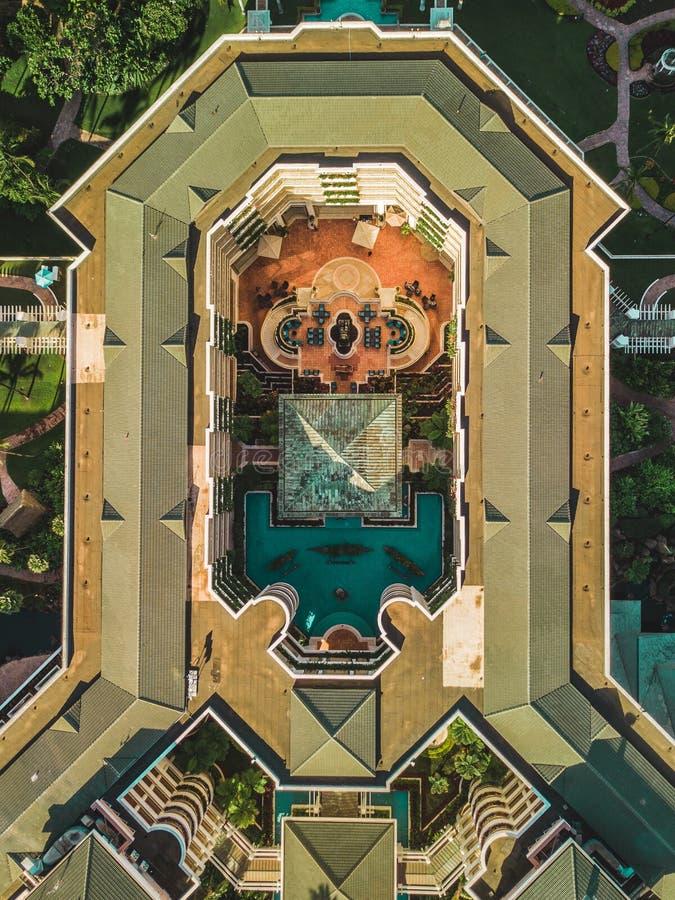 Parte superior do zangão abaixo da vista de uma construção do ar livre imagem de stock royalty free