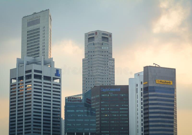 Parte superior dos prédios de escritórios no distrito financeiro em Singapura imagens de stock