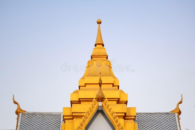 Parte superior dourada do telhado do pavilhão público tailandês contemporâneo fotografia de stock royalty free
