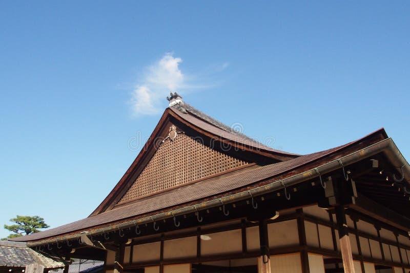 Parte superior japonesa tradicional do telhado foto de stock