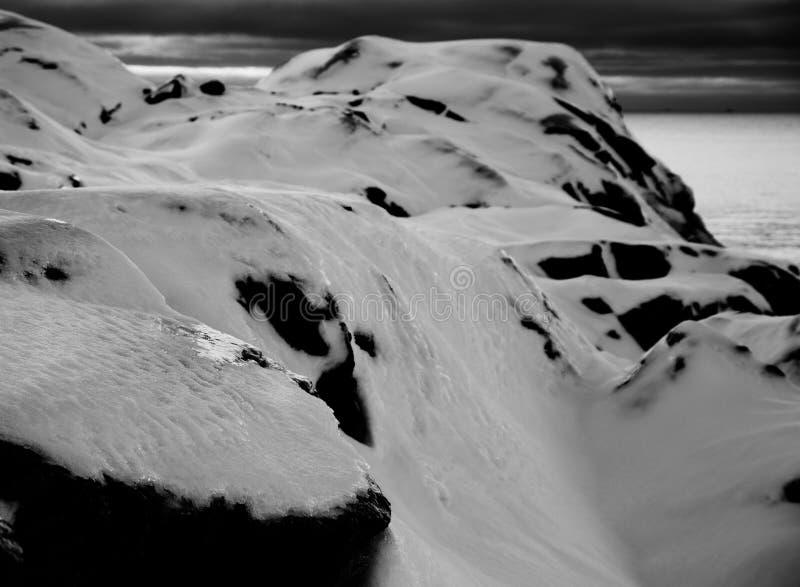 Parte superior majestosa da montanha com neve em preto e branco fotos de stock royalty free