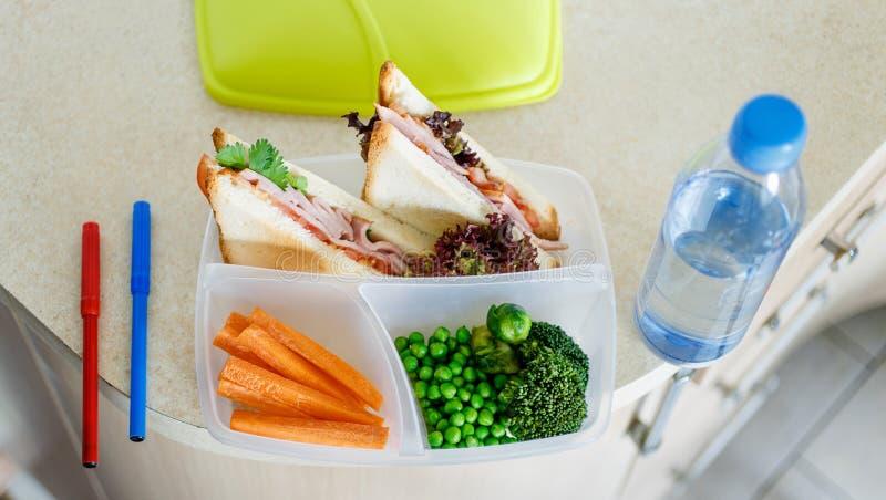 A parte superior preparada da cozinha da casa da água de garrafa da cesta de comida do almoço escolar vie imagens de stock