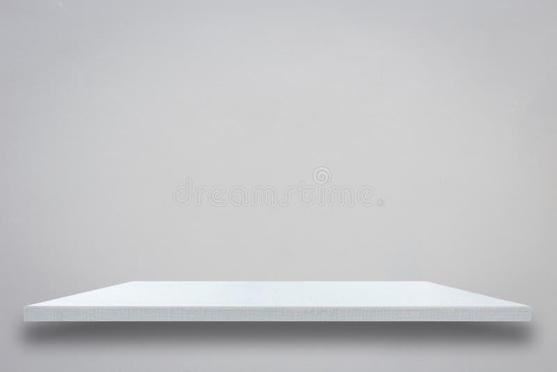 Parte superior vazia da prateleira de madeira branca na parede cinzenta do cimento fotos de stock