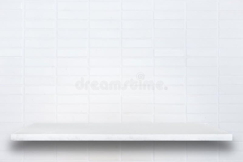 Parte superior vazia de prateleiras de pedra naturais e de fundo da parede de pedra fotos de stock