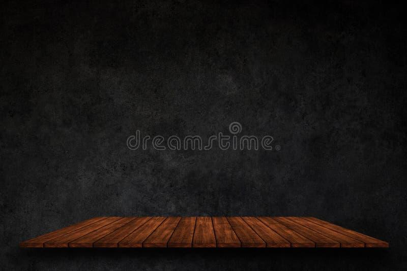Parte superior vazia de prateleiras de madeira no fundo escuro do muro de cimento, FO fotos de stock royalty free