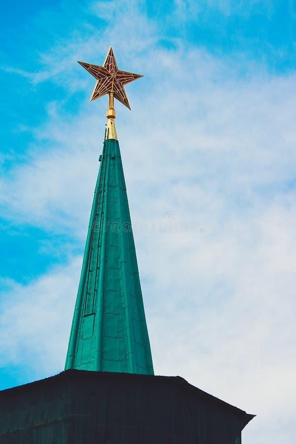 Parte superior vermelha da estrela do rubi da torre do Kremlin de Moscou fotografia de stock