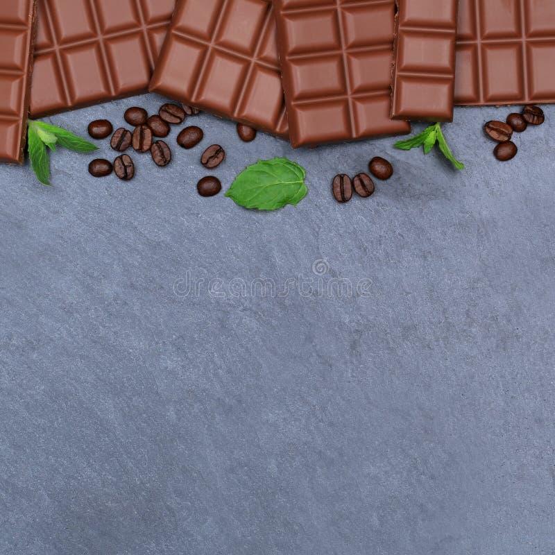Parte superior vi do copyspace da ardósia do alimento do quadrado da barra de chocolates do leite de chocolate imagens de stock royalty free