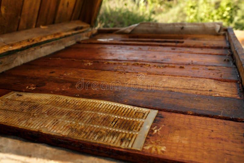 Parte superiore dell'alveare di legno chiuso Raccolga il miele Concetto di apicoltura fotografie stock libere da diritti