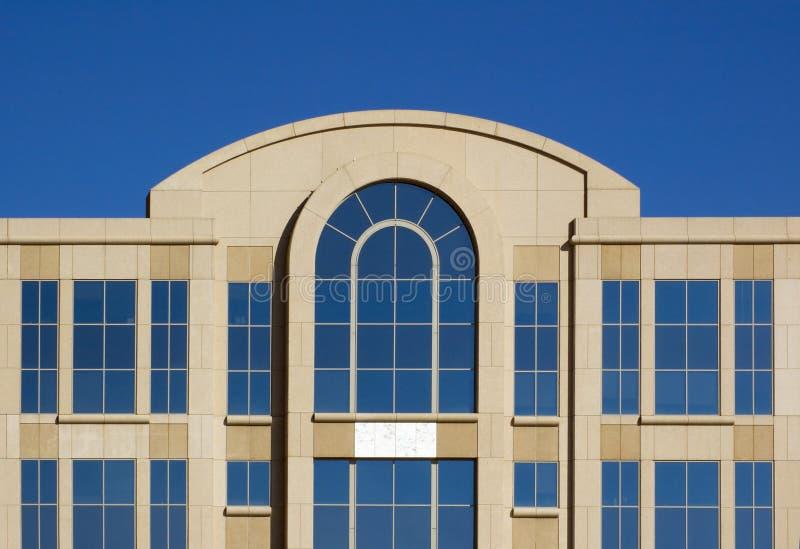 Parte superiore dell'edificio per uffici e del cielo Cloudless - orizzontali immagini stock