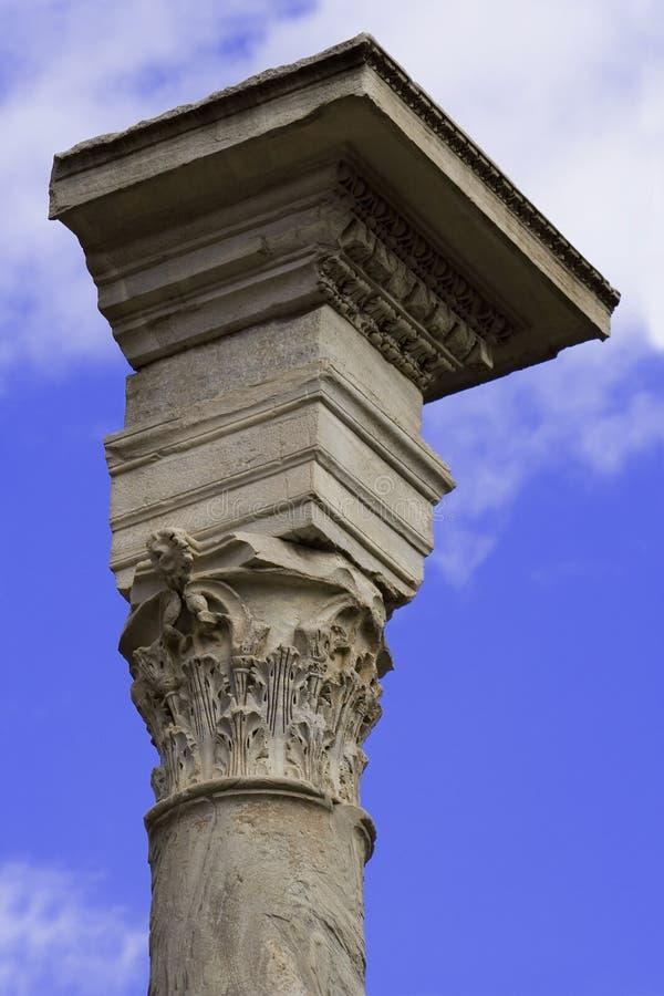 Parte superiore della colonna sopra il cielo immagini stock