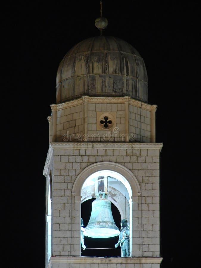 Parte superiore della torretta di segnalatore acustico di Dubrovnik entro la notte fotografia stock libera da diritti