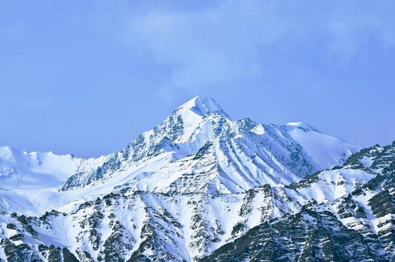 Parte superiore di alte montagne, coperta da neve fotografie stock libere da diritti