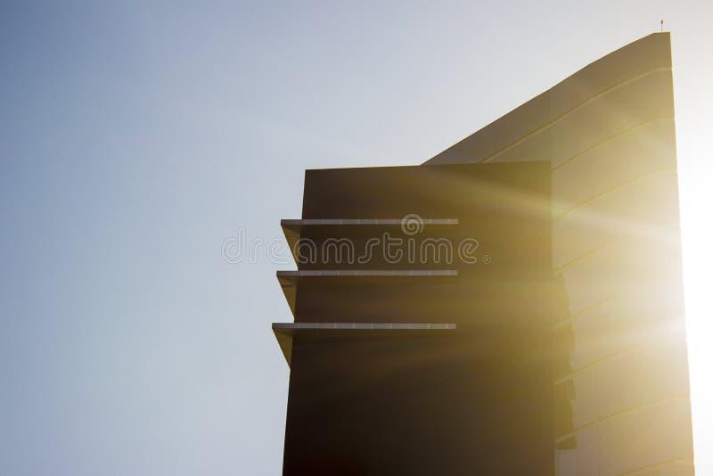 Parte superiore di complesso corporativo moderno ed alla moda contrariamente ad un sole brillante fotografia stock