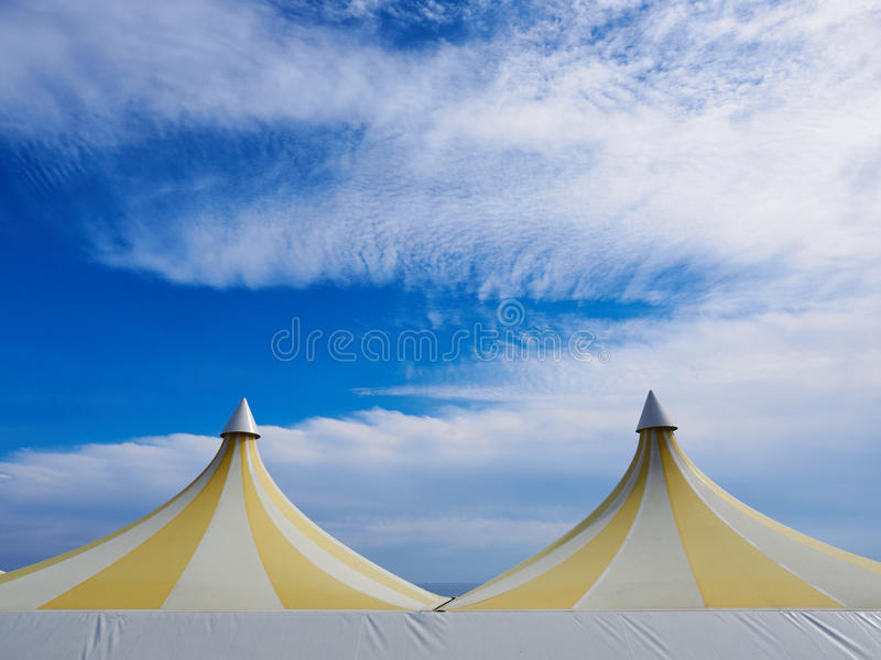 Parte superiore di grande tenda di plastica variopinta Cielo blu e nubi bianche fotografie stock