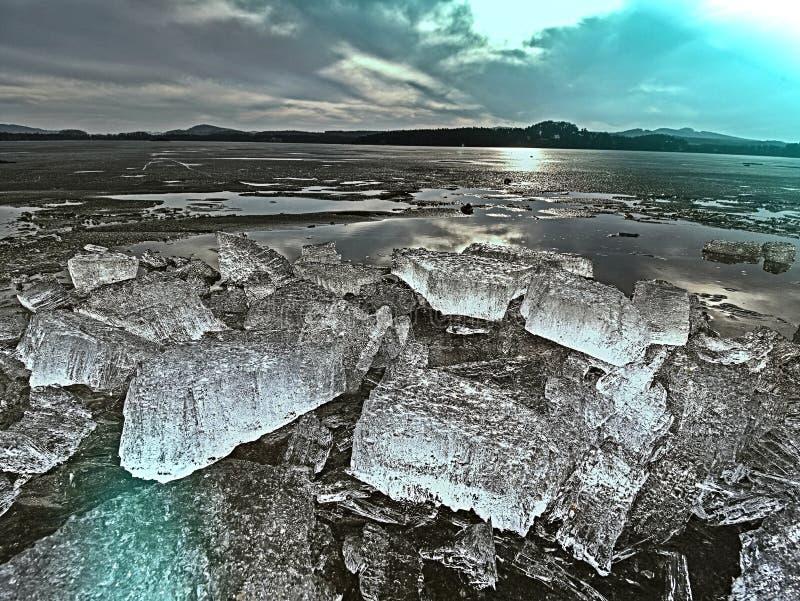 Parte transparente do gelo no lago com efeitos da cor Gelo claro imagens de stock royalty free