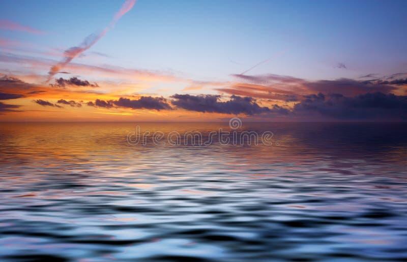 Parte traseira abstrata do oceano e do por do sol fotografia de stock