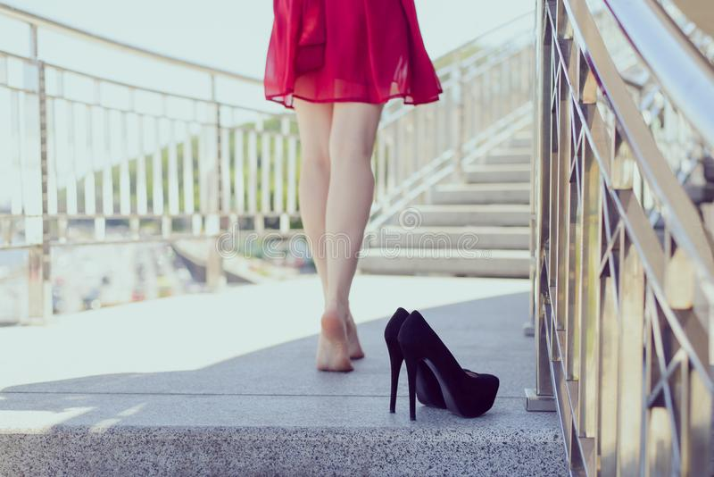 Parte traseira atrás do fim da parte traseira acima da foto do conceito sedutor dos pés da tentação sexual longa magro 'sexy' do  imagem de stock