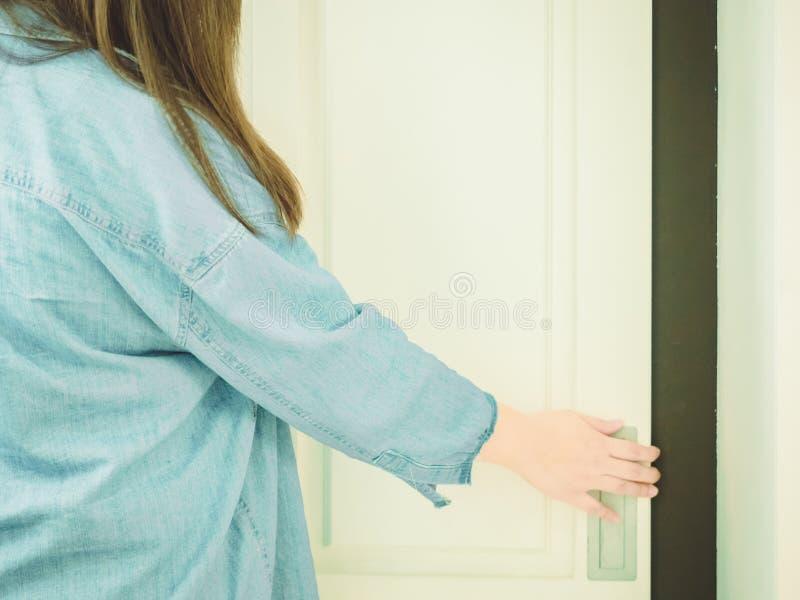 Parte traseira da menina asiática 25s do moderno a 35s com jea do casaco azul imagem de stock royalty free