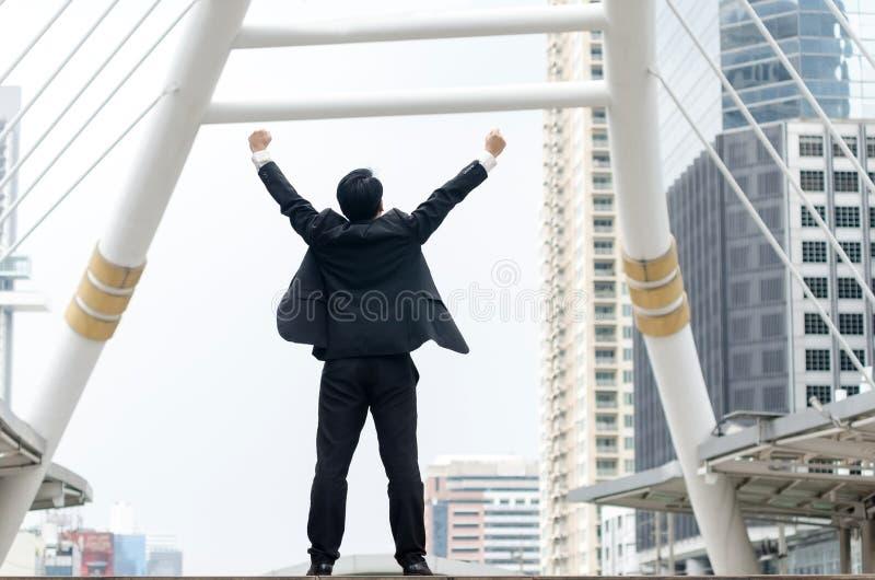 Parte traseira das mãos asiáticas do homem de negócios acima com momento feliz imagens de stock