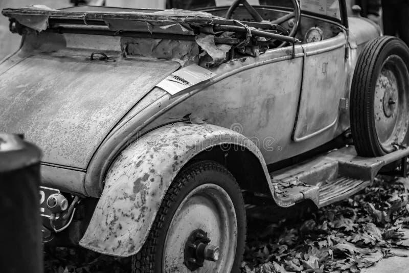 A parte traseira de um carro clássico abandonado imagem de stock royalty free