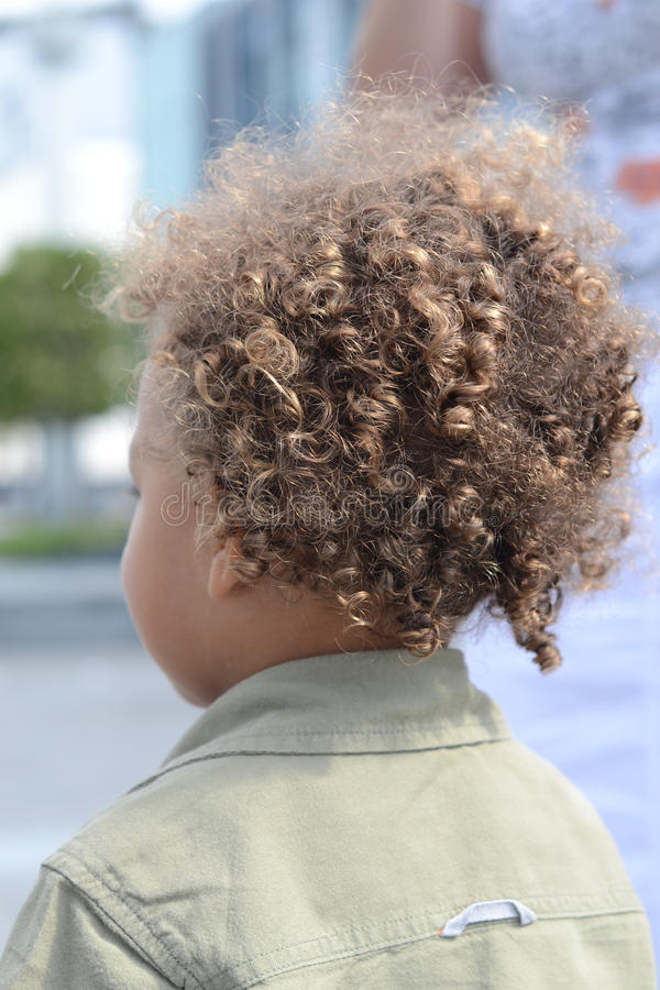 Parte traseira do cabelo curly do miúdo fotos de stock