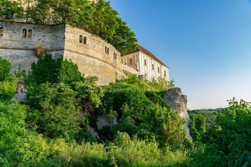 A parte traseira do jardim do monte verde do distrito do castelo em Veszprem, Hungria foto de stock