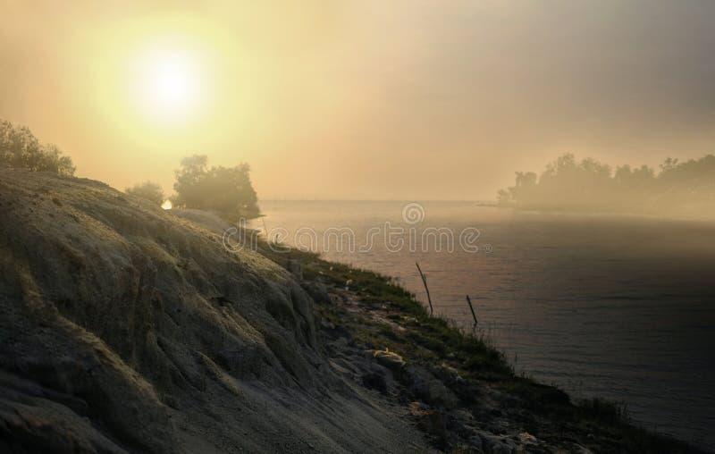 A parte traseira iluminou-se da montanha da areia e do seascape bonito na manhã fotos de stock