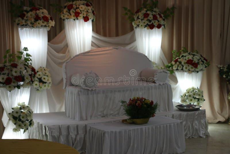 Parte traseira setty do casamento decorada com flores imagens de stock
