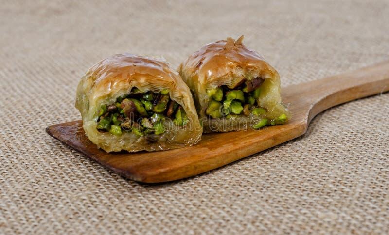 Parte turca da sobremesa de baklava na colher de madeira imagens de stock royalty free