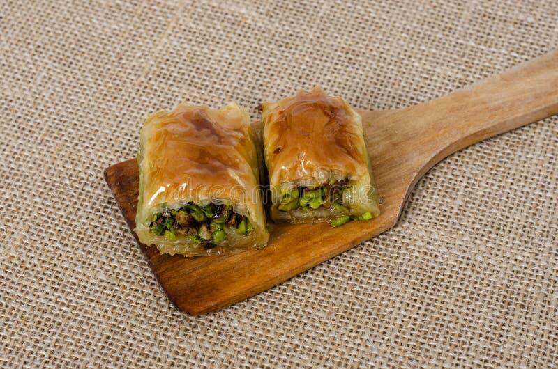 Parte turca da sobremesa de baklava na colher de madeira imagem de stock
