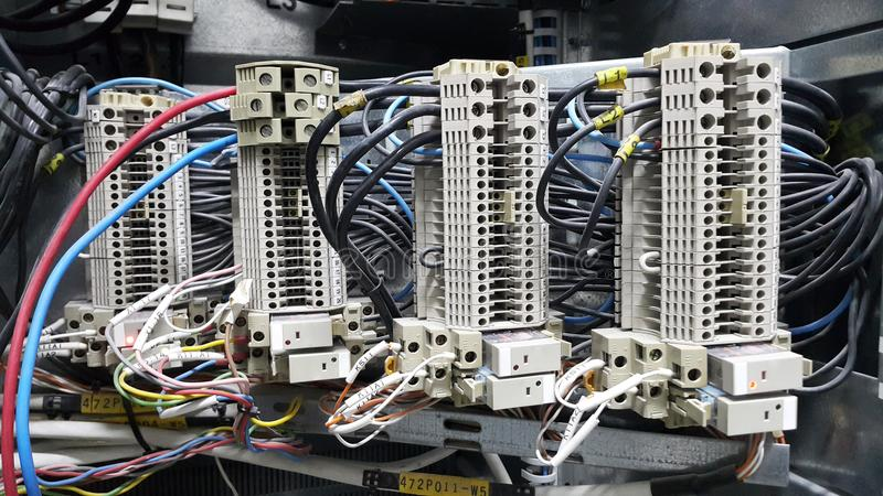 Parte y accesorios eléctricos en el gabinete de control, distribuidor del control, cierre, tagout foto de archivo