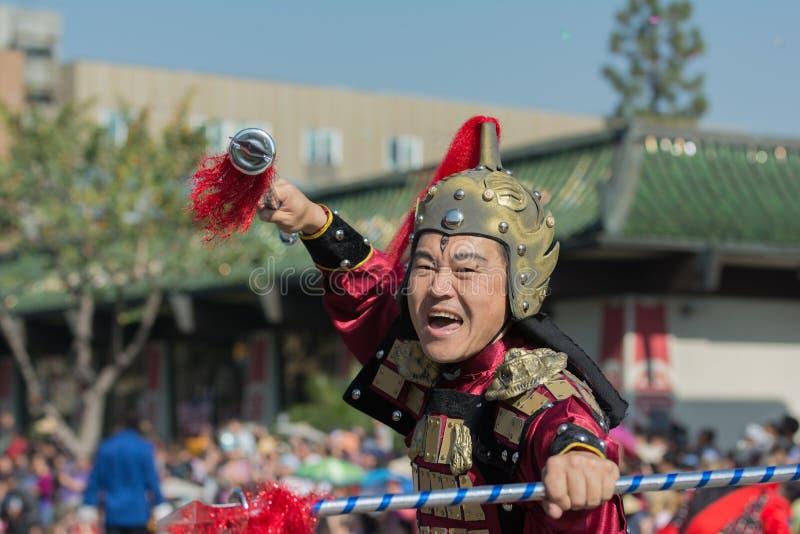 Partecipando con il costume del samurai durante il 117th Drago dorato fotografia stock libera da diritti