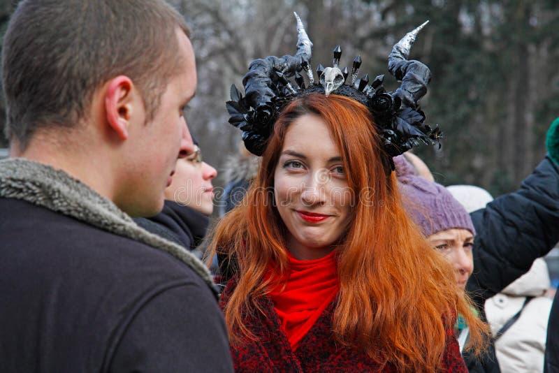Partecipante con i corni alla parata di giorno del ` s di St Patrick nel cappello irlandese nel parco Sokolniki a Mosca immagine stock libera da diritti