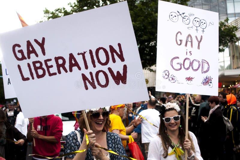 Partecipante due della parata di gay pride con i cartelli fotografia stock libera da diritti