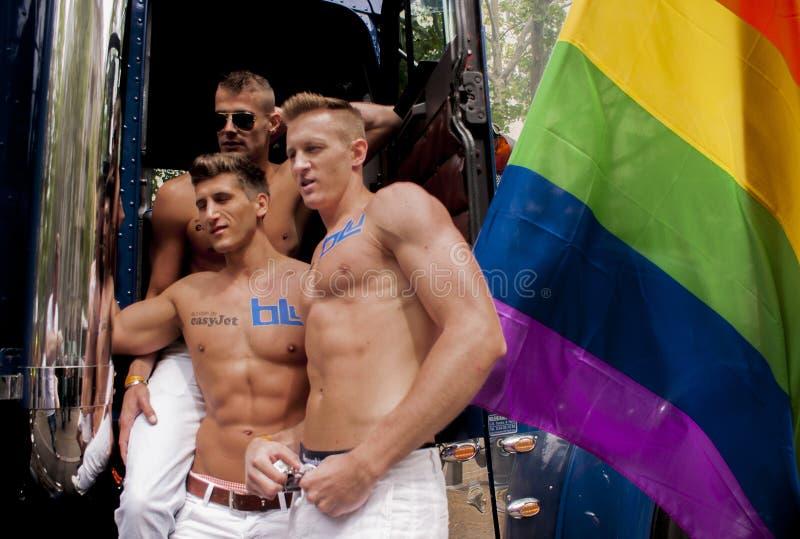 Partecipanti al gay pride che posa per le immagini fotografia stock