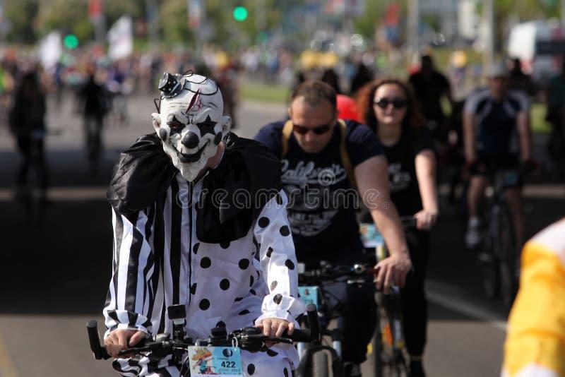 Partecipanti al giro annuale di carnevale dei ciclisti lungo il viale di Pobediteley fotografia stock