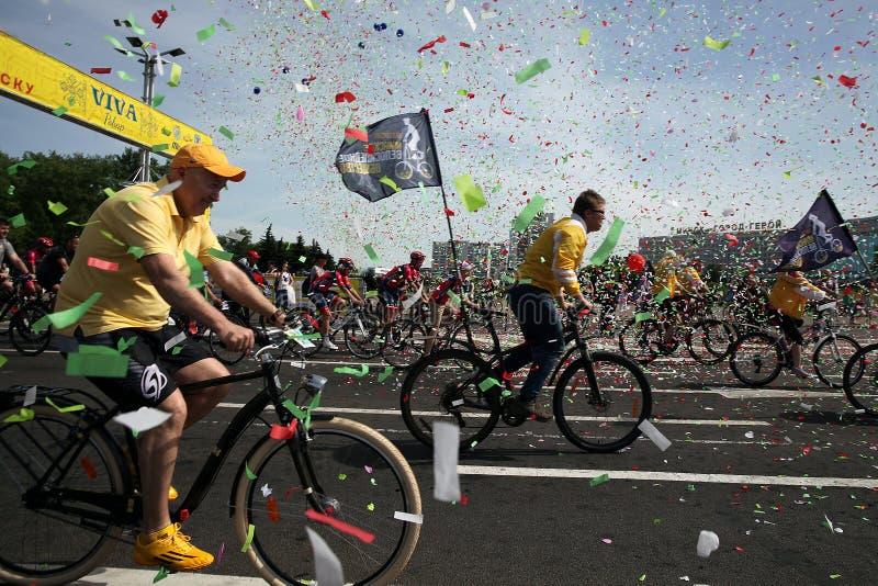 Partecipanti al giro annuale di carnevale dei ciclisti lungo il viale di Pobediteley immagine stock