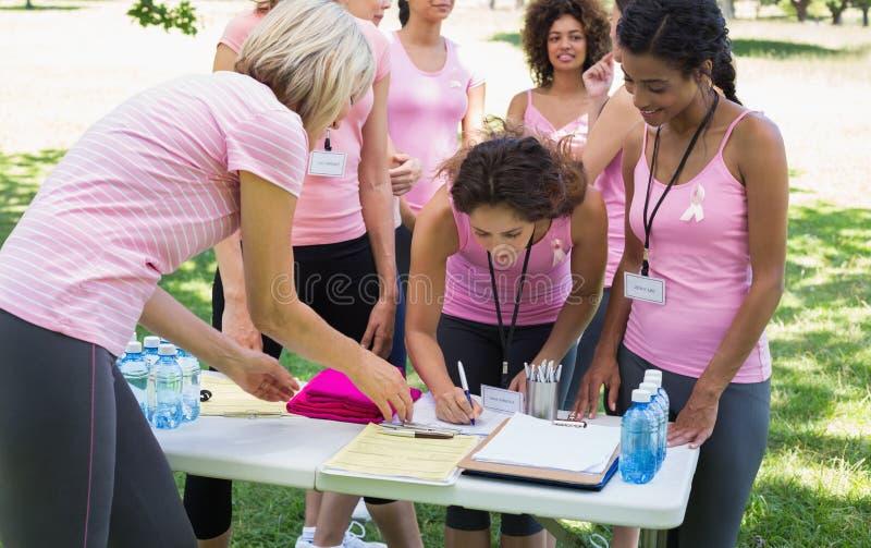 Partecipanti che registrano per la campagna del cancro al seno fotografia stock libera da diritti