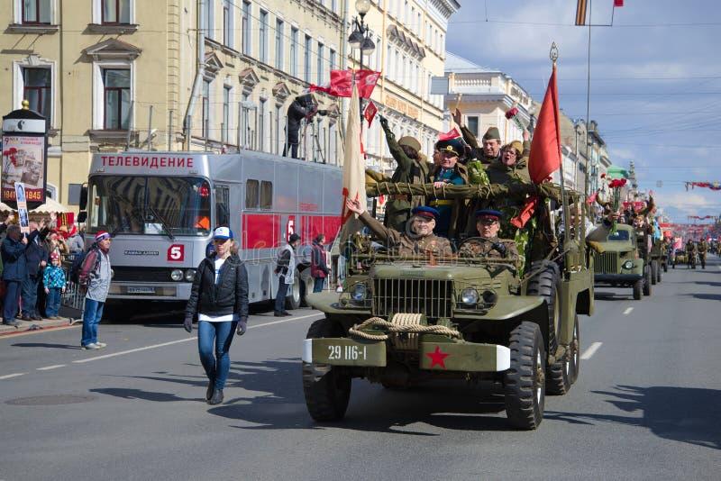 Partecipanti di retro parata su Nevsky Prospekt Giorno di vittoria a St Petersburg immagine stock libera da diritti