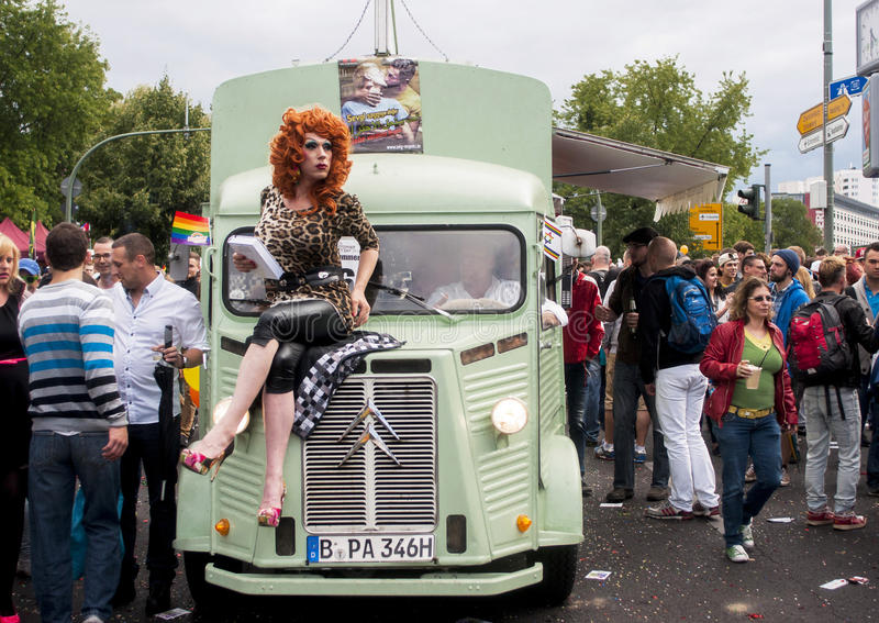 Partecipanti non identificati durante la parata di gay pride fotografie stock libere da diritti