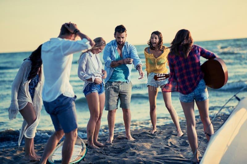 Partei auf Strandgruppe jungen Leuten, die zusammen am bea tanzen stockbild