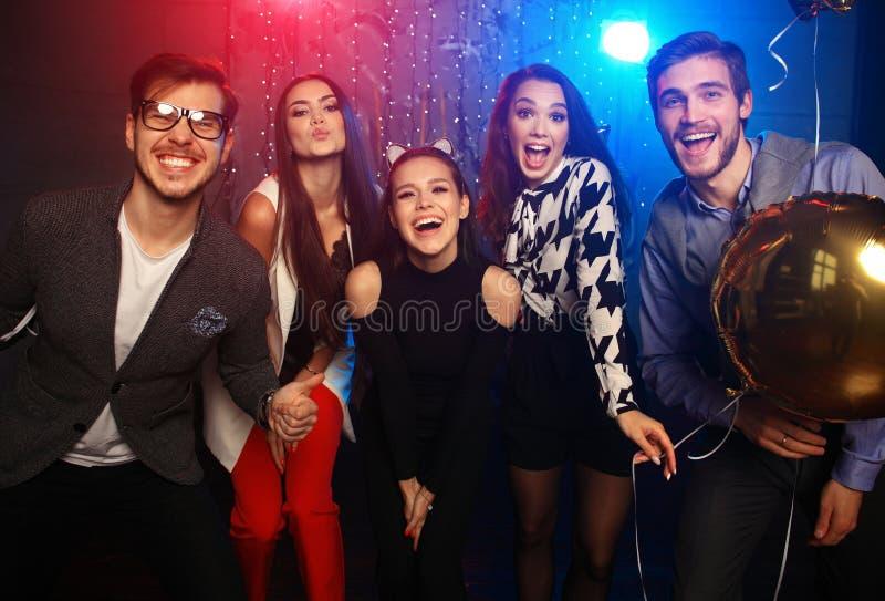 Partei des neuen Jahres, Feiertage, Feier, Nachtleben und Leutekonzept - junge Leute, die Spaßtanzen an einer Partei haben lizenzfreie stockfotografie