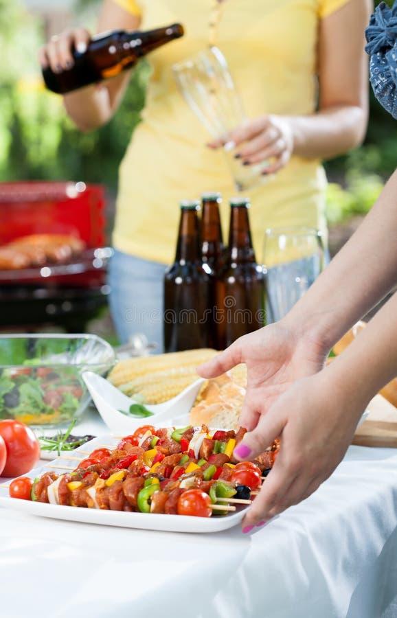 Partei in einem Garten mit Grill stockfotos