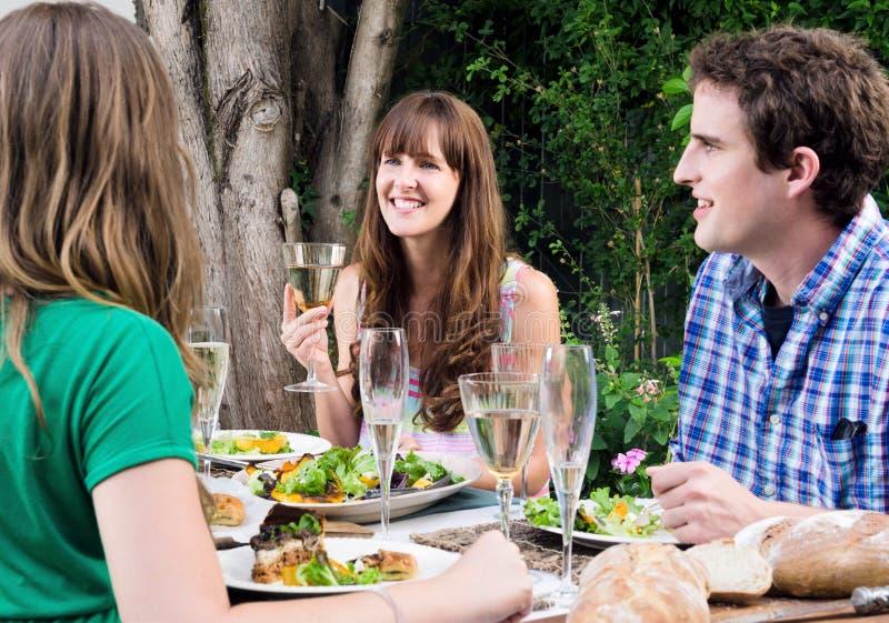 Partei im Freien mit Gruppe Freunden stockbild