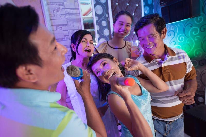 Partei im Karaoke lizenzfreie stockfotografie