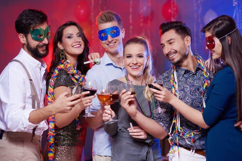 Partei mit Freunden stockbild