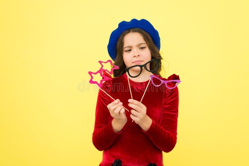 Parteigeschäft Zusatz für Feier Glückliche kleines Kinderglasstützen Lustiges kleines Mädchen, das Glaspassfotoautomaten hält lizenzfreie stockbilder