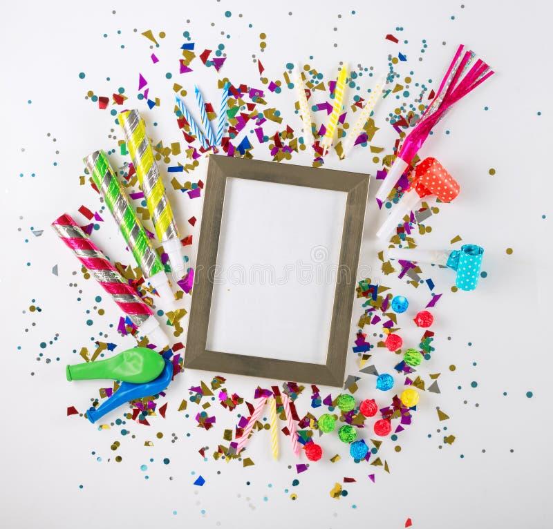 Parteikonfettis, -ballone, -ausläufer, -krachmacher und -dekoration lizenzfreies stockbild